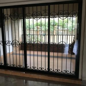 Gallery Cover Image of 2000 Sq.ft 4 BHK Apartment for rent in Dadar East for 150000