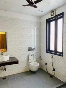 सेक्टर 16 में मरवा हाउसिंग के बाथरूम की तस्वीर