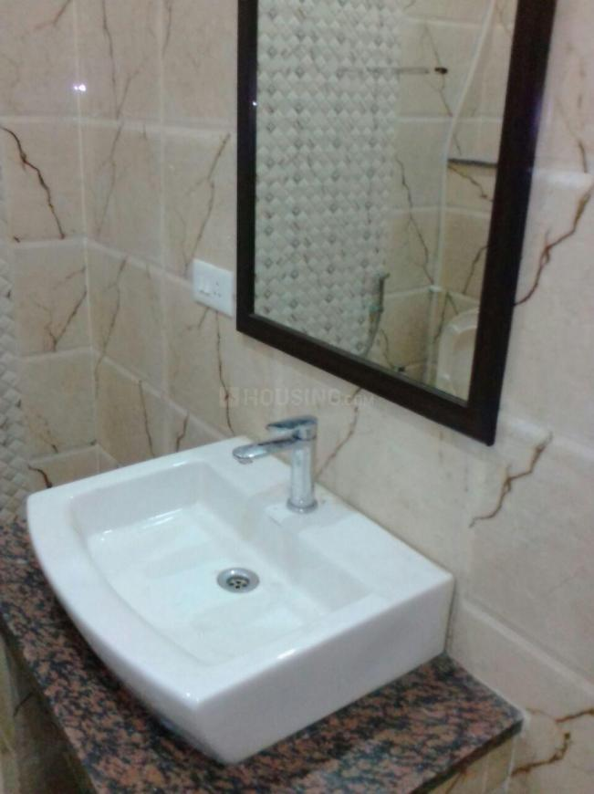 Bathroom Image of 400 Sq.ft 1 RK Apartment for rent in DLF Phase 1 for 14000