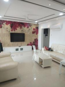 Gallery Cover Image of 1100 Sq.ft 3 BHK Apartment for rent in Hiranandani Estate for 40000