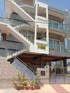 Gallery Cover Image of 1390 Sq.ft 3 BHK Independent Floor for rent in Byrathi for 15000