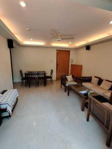 Gallery Cover Image of 800 Sq.ft 2 BHK Apartment for rent in Satguru Simran, Bandra West for 110000