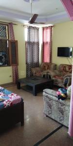 Gallery Cover Image of 1000 Sq.ft 3 BHK Independent Floor for rent in Govindpuram for 10000