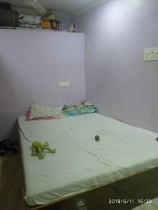 Gallery Cover Image of 400 Sq.ft 1 RK Independent House for rent in Bandra West for 18000