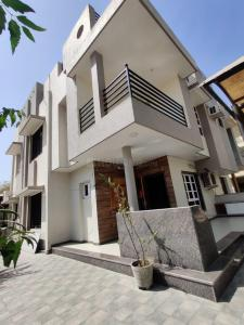 Gallery Cover Image of 262 Sq.ft 4 BHK Villa for buy in Thaltej for 34000000