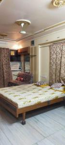 Gallery Cover Image of 630 Sq.ft 1 BHK Independent House for rent in Juhu for 50000