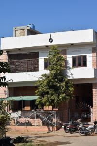 Gallery Cover Image of 2400 Sq.ft 5 BHK Independent House for buy in Khema-Ka-Kuwa for 11000000