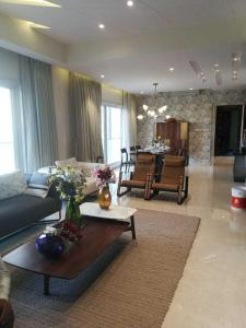 Gallery Cover Image of 2500 Sq.ft 4 BHK Apartment for buy in Mulund West for 39500000
