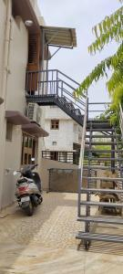 Gallery Cover Image of 1800 Sq.ft 2 BHK Independent House for rent in Sargasan for 15000