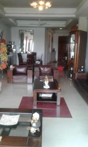 Gallery Cover Image of 2000 Sq.ft 3 BHK Apartment for buy in Marine Lines for 130000000