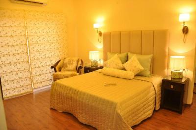 Gallery Cover Image of 1695 Sq.ft 3 BHK Apartment for buy in Vrindavan Yojna for 5850000