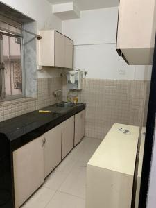 Gallery Cover Image of 700 Sq.ft 1 BHK Apartment for rent in Bandra West for 70000