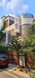 Gallery Cover Image of 4600 Sq.ft 4 BHK Independent House for rent in Neelankarai for 90000