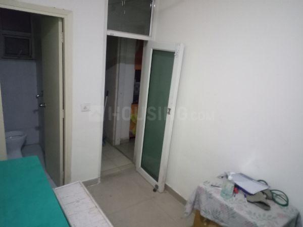 नोएडा एक्सटेंशन में प्राइवेट रूम के बेडरूम की तस्वीर