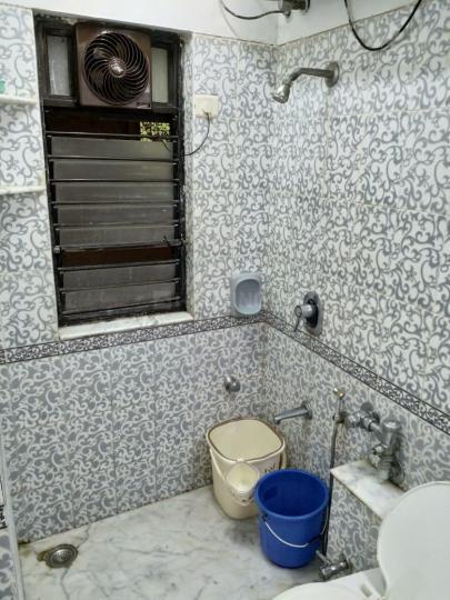 बांद्रा वेस्ट में एक्स्पेट लिविंग रूम के बाथरूम की तस्वीर