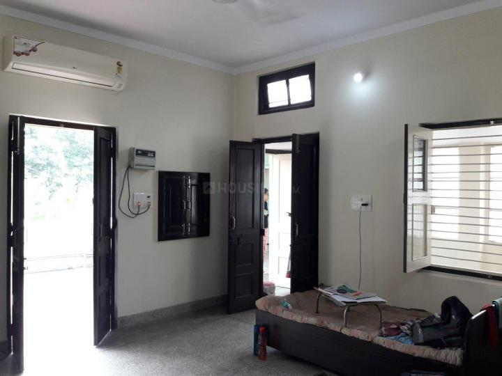 रूप नगर में गुप्ता पीजी के लिविंग रूम की तस्वीर