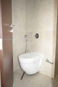 Gallery Cover Image of 840 Sq.ft 2 BHK Apartment for rent in Bandra East for 65000
