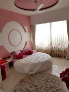 Gallery Cover Image of 3700 Sq.ft 4 BHK Apartment for rent in Ambli for 150000