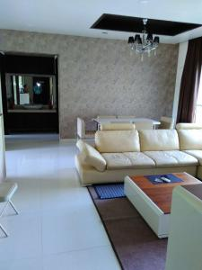 Gallery Cover Image of 1240 Sq.ft 3 BHK Apartment for rent in Mundhwa for 29000