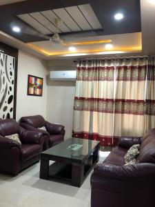 Gallery Cover Image of 2000 Sq.ft 3 BHK Apartment for rent in Green Field Colony for 40000
