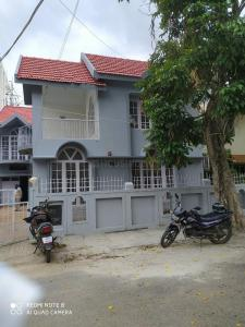Gallery Cover Image of 3000 Sq.ft 3 BHK Independent House for rent in Domlur Layout for 100000
