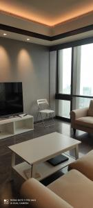 Gallery Cover Image of 2000 Sq.ft 4 BHK Apartment for rent in Lodha Marquise, Worli for 225000