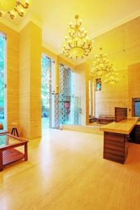 Gallery Cover Image of 1350 Sq.ft 3 BHK Apartment for buy in Lalani Grandeur, Malad East for 22000000