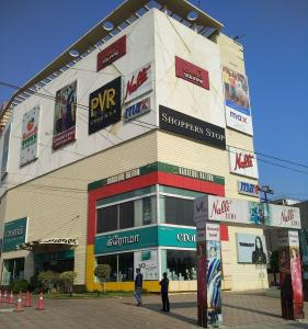Shopping Malls Image of 1350 Sq.ft 3 BHK Apartment for rent in Velachery for 25500