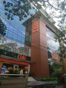 Shopping Malls Image of 4200.0 - 5200.0 Sq.ft 4 BHK Apartment for buy in Orbit Victoria